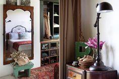 El vestidor lo hizo con pino tea de demolición y una reja de balcón para las perchas. En las mesas de luz heredadas, lámparas con brazo móvil (Pottery Barn)..