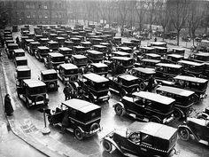 Berlin 1929 Taxiparade vor dem Kraftverkehrsamt in der Bluecherstrasse