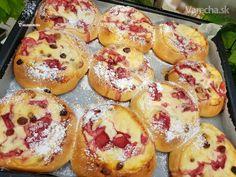 Tvarohovo-jahodové koláče (fotorecept) - recept | Varecha.sk Cinnamon Rolls, Bagel, Doughnut, Deserts, Muffin, Dessert Recipes, Food And Drink, Bread, Baking