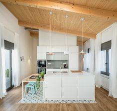 15 cocinas blancas con isla bien diseñadas llenas de ideas y soluciones | Mil Ideas de Decoración Kitchen Island For Dining, Cocinas Kitchen, Sweet Home, Divider, Room, Furniture, Home Decor, Interiors, Modern Kitchen Decor