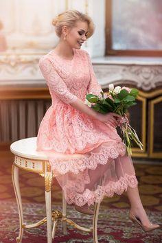 08a4c688476f552 Платье-цветок миди из гипюра и фатина на облегающем мини-подкладе из  трикотажа с рукавами 3/4, приталенным лифом и пышной юбкой 10180
