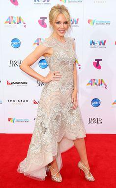 Glamour de Fashion Police  Kylie Minogue est captivante dans sa robe ornée de bijoux J'Aton Couture aux ARIA Awards 2015 à Sydney. La belle Australienne n'a jamais été aussi belle dans cette création glamour plus longue derrière. Suivez-nous sur Twitter et Facebook !