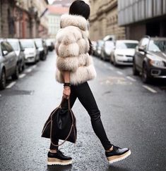 Loafer flatforms oxfords best winter shoes that look stylish and fashionable with your cold weather outfit if you are bored with boots. Fur Fashion, Fashion Outfits, Womens Fashion, Fashion Trends, Sporty Fashion, Style Fashion, Mode Outfits, Winter Outfits, Looks Black