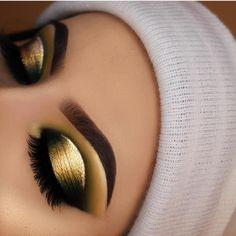 Gold half cut crease with gold eyeliner Makeup Eye Looks, Beautiful Eye Makeup, Eye Makeup Tips, Cute Makeup, Smokey Eye Makeup, Eyeshadow Looks, Makeup Goals, Pretty Makeup, Makeup Inspo
