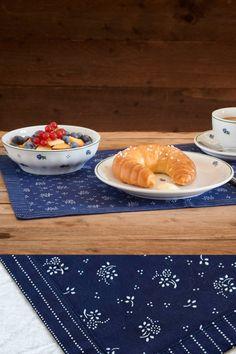 Im Mittelburgenland hat Josef Koó diese zwei Blaudruck-Tischsets mittels Doppeldruck-Technik händisch bedruckt und nach alten Färbermethoden blau gefärbt. 47 × 31,5 cm Pudding, Desserts, Food, Egg Cups, Traditional, Printing, Handmade, Tailgate Desserts, Eten