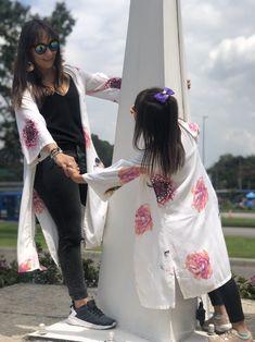 #kimono #moda #mamá #hijabfashion #flores Hijab Fashion, Kimono Top, My Style, Outfits, Women, Wire, Kimonos, Unique Clothing, Suits