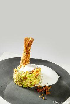 Cremoso de aguacate con langostinos, crujiente de maiz y espuma de limón