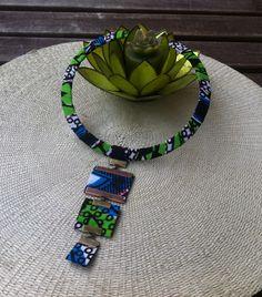 Collier ras du cou avec pendant carré en tissu africain wax : Collier par kla