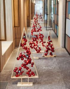 18 Christmas Trees For Small Spaces (Christmas Tree Alternatives) - Mama and More - - Christmas trees are beautiful and festive, but they take up a lot of space. Check out these alternative Christmas trees for small spaces! Decoration Christmas, Wooden Christmas Trees, Christmas Tree Decorations, Unique Christmas Trees, Pallet Christmas, Alternative Christmas Tree, Simple Christmas, Christmas Holidays, Elegant Christmas