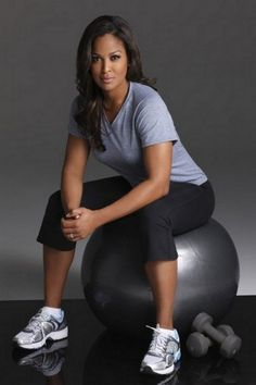 Laila Ali Workout Routine and Tips for Keeping the Kids Healthy. Laila Ali is a former boxer. She is now teaching fitness to people. Zumba, Boxe Fight, Looks Academia, Laila Ali, Girls Lifting, Female Boxers, Meagan Good, Looks Dark, Women Boxing