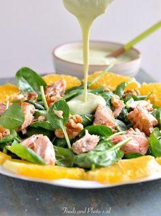 """Deze salade is niet alleen heel erg gezond, maar is ook ontzettend lekker. De zalm smelt in je mond en jij weet niet wat op je volgende hap scheppen, noten, sinaasappelstukje, mals-krokant zalmstukje of """"alleen"""" wat spinazieblaadjes. Dit in een hemelse en verrassende combinatie met de..."""