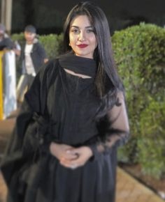 Pakistani Celebrities who Looked Amazing in Black Pakistani Fashion Casual, Pakistani Dresses Casual, Pakistani Party Wear, Pakistani Dress Design, Sara Khan Pakistani, Pakistani Girl, Pakistani Actress, Stylish Girl Images, Stylish Girl Pic
