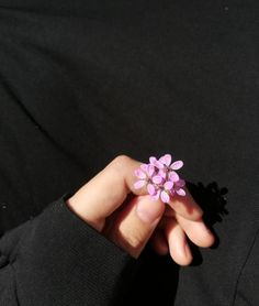 Hand Photography, Perspective Photography, Girl Photography Poses, Autumn Photography, Book Flowers, Hand Flowers, Hijab Fashion Inspiration, Girl Inspiration, Muslim Pictures