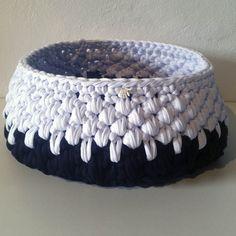 Hæklet brødkurv | Krea line stofgarn. Stor og dekorativ brødkurv i nuancerne sort & hvid. Kurven kan håndvaskes og kan af smitte lidt farve ved dette. 100% handmade og har dimensionerne: Diameter 24 cm. og med en højde på 11 cm., kan der være meget morgenbrød i denne. Der medfølger endvidere et lille handmade skilt, som er fastgjort kurven. Linnet, Second Hand, Merino Wool Blanket, Knit Crochet, Projects To Try, Knitting, Crocheting, Tricot, Creative