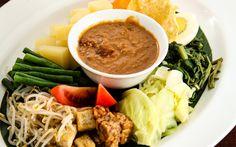 Gado Gado, traditionelle indonesische Speise mit gemischtem Gemüse © Shutterstock.com Borneo, Gado Gado, Ramen, Japanese, Ethnic Recipes, Food, Vegetable Medley, Recipies, Japanese Language
