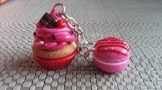 Porte clés duo gourmand : Cupcake fraise et macaron framboise : Porte clés par idees-de-jenni