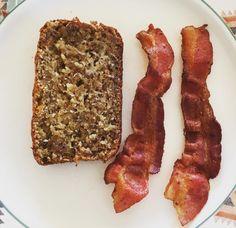 pain aux bananes beurré et du bacon.