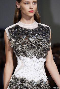 Самая смелая идея для декорирования платья в новом сезоне пришла в голову Алессандро Дель Аква для бренда № 21