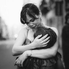 #repost pour le concours organisé par @hautsdefrance.inlive  Du coup cest pas MA maman mais cest une #maman et sa #fille  les deux #femmes avec qui je vis et que jaime fort et jespère leur faire gagner un petit quelque chose avec cette jolie photo. #fetetamere_inlive #concours #mother #mothersday #portrzit #bnwportrait #bnw #bnwphotography #lille #igerslille @bewoodstore @latelierbotanique #cuddle