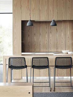 Wood kitchen with stools Architect: Whiting Architects Photographer: Sharyn Cairns Source: Elle Uk September 2013