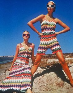design of missoni.I like the way of using color,design motifs of Missoni.I think this design still influenced to now design. Capsule Wardrobe, Retro Fashion, Vintage Fashion, 1960s Fashion Hippie, 70s Mode, Vintage Mode, Italian Fashion, Fashion History, Summer Collection