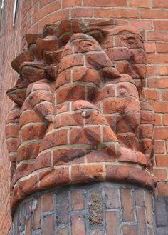 Hildo Krop, sculptuur aan het postkantoor van Michel de Klerk, Spaarndammerplantsoen Amsterdam.