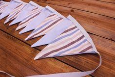 Σημαιάκια Καλοκαιρινό Σιέλ/Ριγέ Μπεζ-Μπλε FLG-594602  Υφασμάτινα σημαιάκια σε σχέδιο καλοκαιρινό σιέλ/ριγέ μπεζ-μπλε.Διακοσμήσετε εύκολα μόνοι σας την τελετή και τη δεξίωση του γάμου και της βάπτισης, το party, το παιδικό δωμάτιο, χώρους για παιδιά και χώρους εκδηλώσεων.Συσκευασία 9 τεμαχίων.