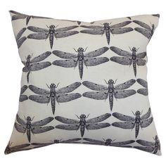 Sein Schwarz-Weiß-Kontrast und das elegante Muster macht dieses Kissen zu einer stilsicheren Bereicherung für Ihr Sofa oder Bett. P...