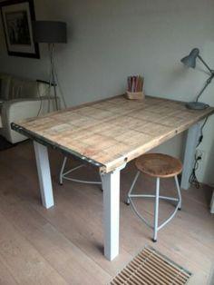 Robuuste speel-/eettafel van gebruikte Steenschot. Interesse: alfred@maayen.nl