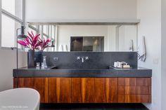 35-decoracao-banheiro-revestimentos-cinza-banheira-movel-marcenaria