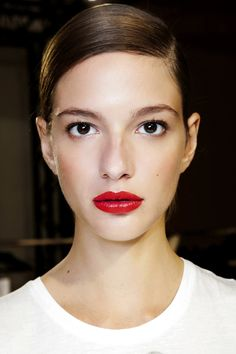 Natural Makeup Red lips and sleek hair. - You only need to know some tricks to achieve a perfect image in a short time. Red Lip Makeup, Skin Makeup, Beauty Makeup, Hair Beauty, Clean Makeup, Beauty Style, Makeup Trends, Hair Trends, Pretty Makeup