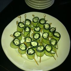 Cucumber rolls filled with spinach, bacon ad veggie cream cheese. Cucumber Rolls, Fabulous Foods, Zucchini, Spinach, Bacon, Appetizers, Apps, Favorite Recipes, Yummy Food