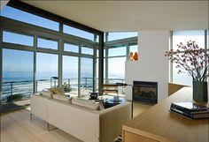 Petit salon de détente à l'étage avec cheminée et toujours la belle vue dégagée sur la mer
