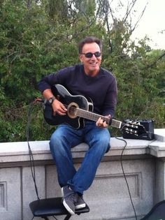Bruce Springsteen: Dude loves his job! American Music Awards, Elvis Presley, Rock And Roll, The Boss Bruce, Bruce Springsteen The Boss, Le Talent, Blues Music, Music Music, Rock Music
