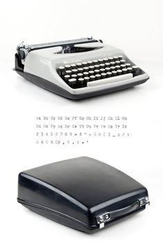 Tragbare Schreibmaschine Remington Elitra entstand in den 70er Jahren in Holland, Niederlande. Es ist eine exportierte Remington Streamliner mit unterschiedlichem branding.  Es ist eine schlanke und schöne Retro-Schreibmaschine in sehr gutem Zustand und einwandfrei funktioniert. Der Fall rastet einfach an der Unterseite der Schreibmaschine und durch diese intelligente Konstruktion sehr komfortabel zu transportieren.  Die Remington Elitra kommt geschmiert, renovierte, sorgfältig gereinigt…