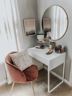 Vanity Style – MAMA A LA MODE – – Diyideasdecoration.club Vanity Style – MAMA A LA MODE – More from my siteSurfer girl fashion style Surfer Mädchen Mode-Stil _ best makeup vanities & cases for stylish bedroom Bowls … Cute Bedroom Ideas, Cute Room Decor, Bedroom Ideas For Small Rooms, Small Bedroom Designs, Small Bedrooms, Guest Bedrooms, Master Bedrooms, Aesthetic Room Decor, Stylish Bedroom