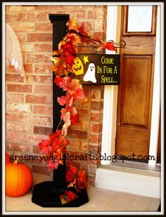 The Chic Technique: Green Eyed Girl Crafts.: Welcome Post that can be changed for each holiday. Thanksgiving Crafts, Fall Crafts, Holiday Crafts, Fall Halloween, Halloween Crafts, Halloween Decorations, 4x4 Wood Crafts, Spindle Crafts, Welcome Post
