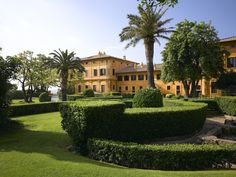 Hotel: La Posta Vecchia, a legendary hotel, Originally one of the most beautiful palaces in the world, it has taken Renaissance furniture to decorate his house: carved headboards, fittings that take outright sculpture, tapestries, floral atmosphere chamber countess ... as a hotel in the 1990s,