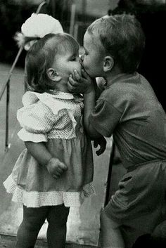 17 Vintage Photos Of Kids Getting Their First Kiss Ever Cute Baby Couple, Baby Love, Cute Couples, Cute Kids, Cute Babies, 3 Kids, Funny Vintage Photos, Kids Kiss, Kiss Pictures