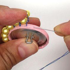 くるみボタンにビーズの縁取り(直接縫いつけ)(12)