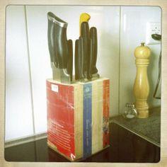 ein Messerblock aus vier Taschenbüchern, die mit Klebeband umwickelt wurden.