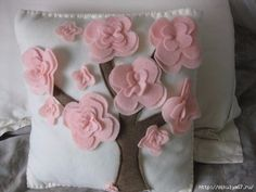 Project Idea -- A Crafty B: Cherry Blossom Pillow Sewing Pillows, Diy Pillows, Decorative Pillows, Cushions, Throw Pillows, Felt Crafts, Diy And Crafts, Arts And Crafts, Sewing Crafts