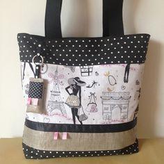 Ce ravissant tote-bag ou sac cabas très chic apportera une petite touche rétro à votre tenue.  Il a été confectionné sur le devant en tissu en coton noir à pois blancs ass - 17186184