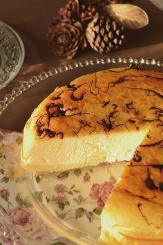 Tarta de queso al horno con un toque de chocolate.