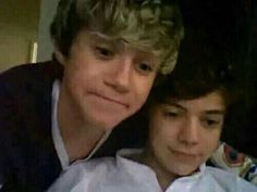 Fetus Niall and Harry Fetus Harry Styles, Harry Styles Memes, Harry Styles Photos, Harry Edward Styles, Four One Direction, One Direction Humor, Niall Und Harry, Harry 1d, Harry Styles Smile