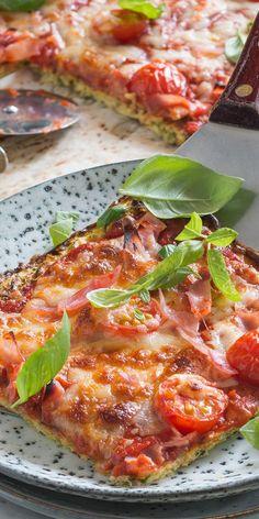 Eine tolle Low-Carb-Variante fürs Büro: diese Pizza mit einem Boden aus Zucchini, Hüttenkäse und Eiern ist die perfekte Alternative und lässt sich dazu noch super vorbereiten. Beim Belegen sind deiner Fantasie keine Grenzen gesetzt.