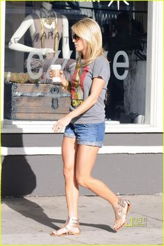 Carrie Underwood. Everything about this. Just everything. Her hair, casual outfit, and those LEGS!