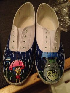 my neighbor Totoro shoes. I made some Studio Ghibli shoes like this except they had more film characters (Jiji, Ponyo, Soot balls, no face. and totoro was in the logo style. The sides have studio ghibli with japanese characters Painted Canvas Shoes, Hand Painted Shoes, Japanese Characters, Cute Characters, Logo Style, My Style, All Studio Ghibli Movies, My Neighbor Totoro, Hayao Miyazaki