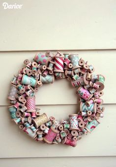 Who says wreaths are just for the holidays? I& pretty sure this awesome wooden thread spool wreath would look perfect in your sewing studio all year round! Wooden Spool Crafts, Wooden Spools, Wooden Diy, Wooden Beads, Sewing Room Decor, Sewing Rooms, Sewing Spaces, Wreath Crafts, Diy Wreath