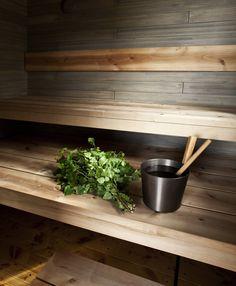 Fiskarsilainen puuseppä, joka valmisti lauteet, teki toivomusteni mukaan tervalepästä myös saunatilan muut kalusteet, kuten pesuainehyllykön. Italialainen, vedenkestävä paperipussi on Pinosta ja pesuharja on Rakennusapteekista.